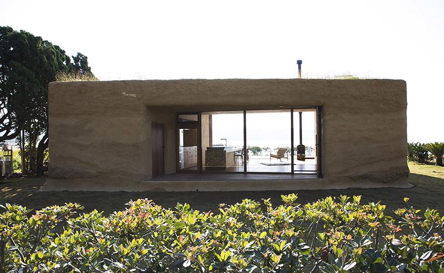 Casa no Japão tem paredes revestidas de terra e jardim na cobertura