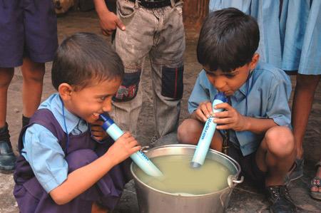Suíços criam canudo que filtra água contaminada