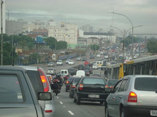 Carro é a pior e mais cara maneira de se deslocar em SP, diz estudo