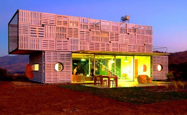 Arquitetos projetam casa com contêineres e pallets no Chile