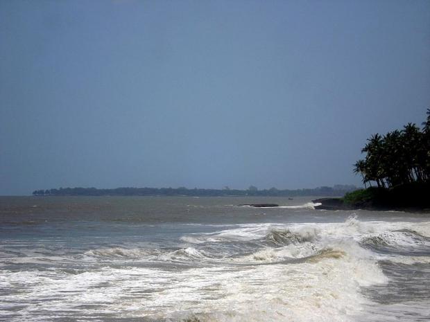 800px-kizhunna_beach_vattakkallu_sea_waves