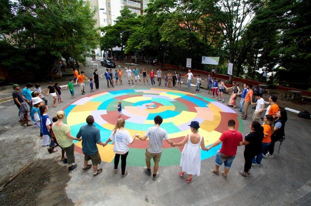 Voluntários revitalizam praça abandonada em São Paulo