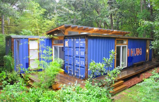 Artista constrói sua casa reutilizando dois contêineres