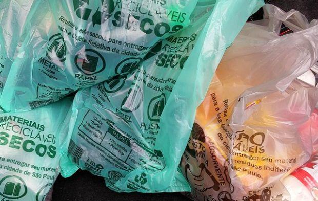 Supermercados em SP dão desconto para quem usar sacola retornável