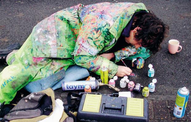 Artista britânico pinta chicletes em calçadas de Londres