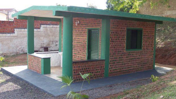 Estudantes brasileiros constroem casa de garrafa PET