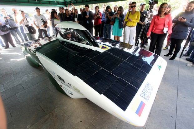 Colômbia apresenta carro movido a energia solar que roda 120 km/h