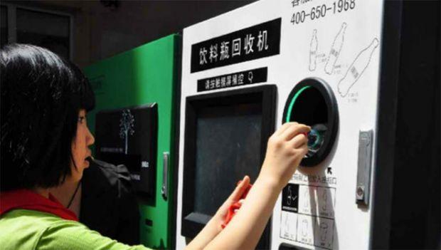 Máquina troca garrafas plásticas por bilhetes de metrô e créditos no celular