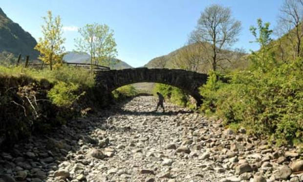 drought-in-uk--river-derw-008