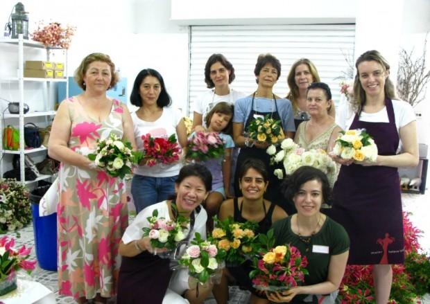 Voluntários reciclam flores de eventos para entregar a idosos carentes