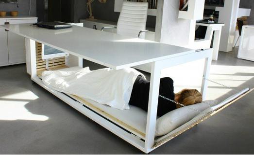 Designer grega transforma mesa de escrit rio em cama for Viciados de mesa
