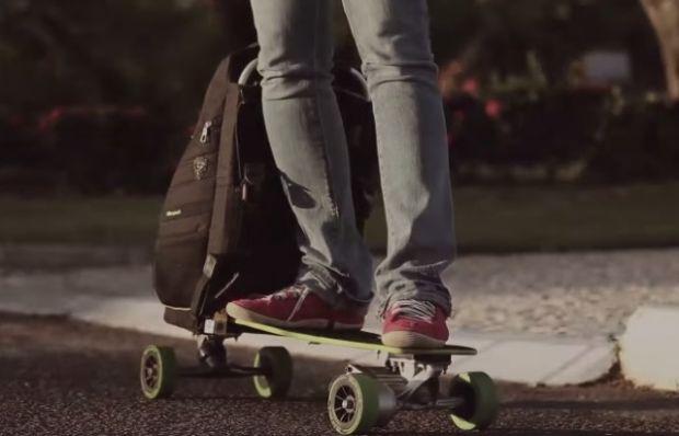 Brasileiro cria mochila que vira skate elétrico