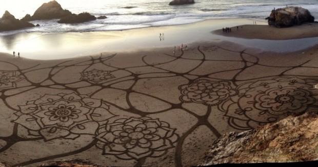 Artista usa areia como tela para suas obras na Califórnia