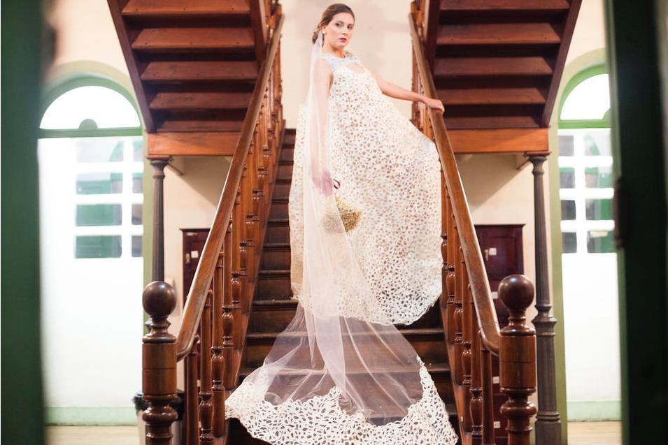 Designer brasileira transforma sacos de cimento em vestidos de noiva