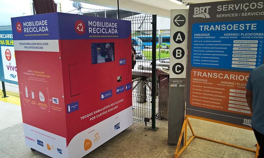 Máquina troca material reciclável por passagem em BRT no Rio