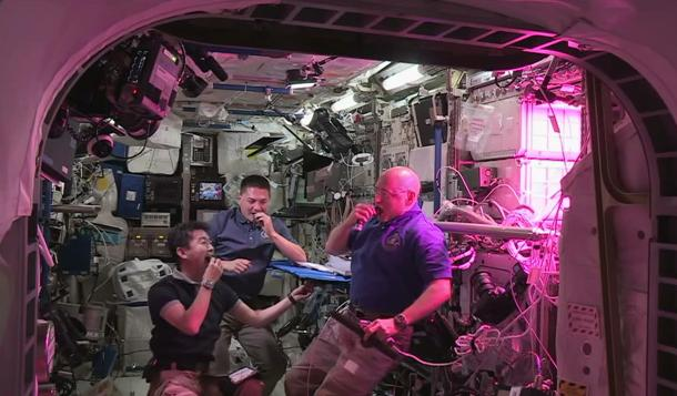 Astronautas comem alface produzido em estação espacial pela primeira vez