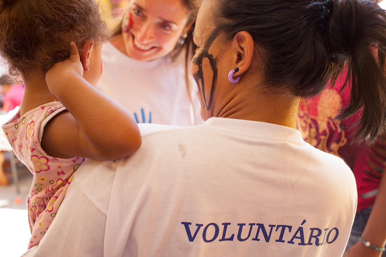 Funcionários de multinacional criam programa de voluntariado e ajudam quase 100 mil pessoas