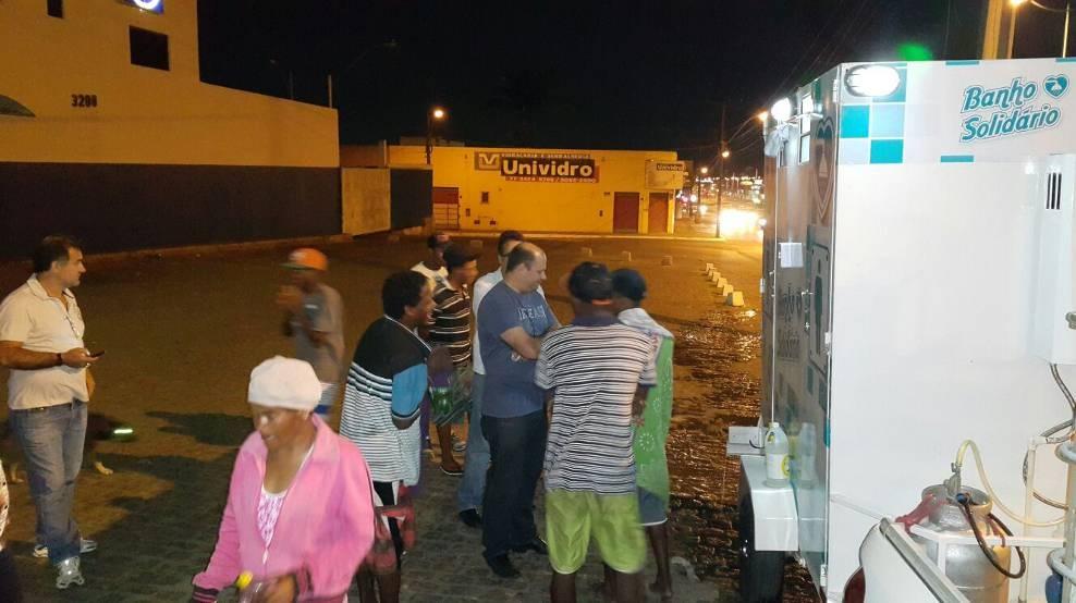 Empresário baiano cria banheiro itinerante para que moradores de rua possam tomar banho