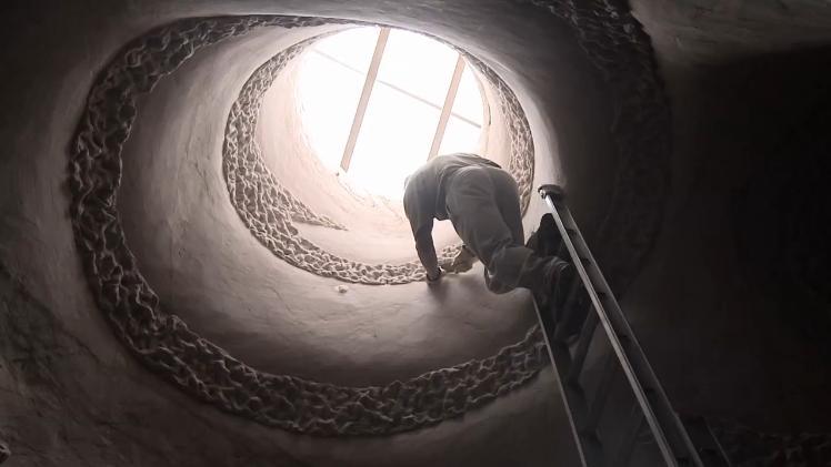 Homem transforma, sozinho, interior de cavernas em verdadeiras obras de arte