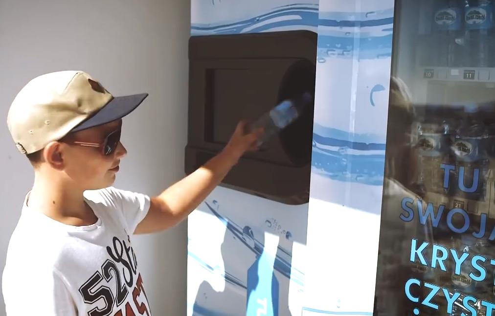 Máquina troca embalagens vazias por garrafas de água cheias