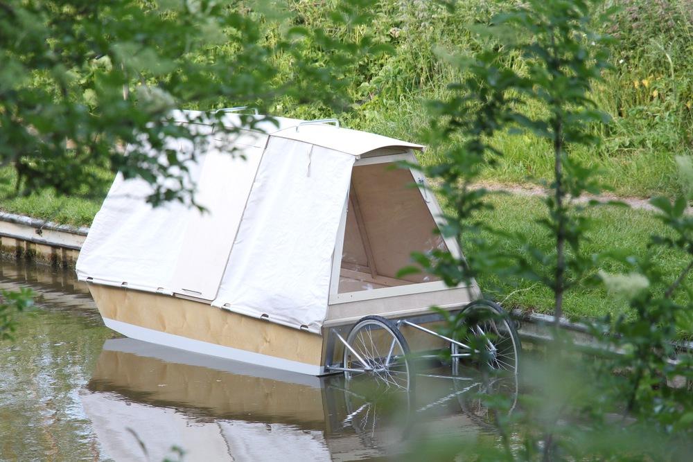 Abrigo flutuante tem rodas e pode ser transportado em uma bicicleta