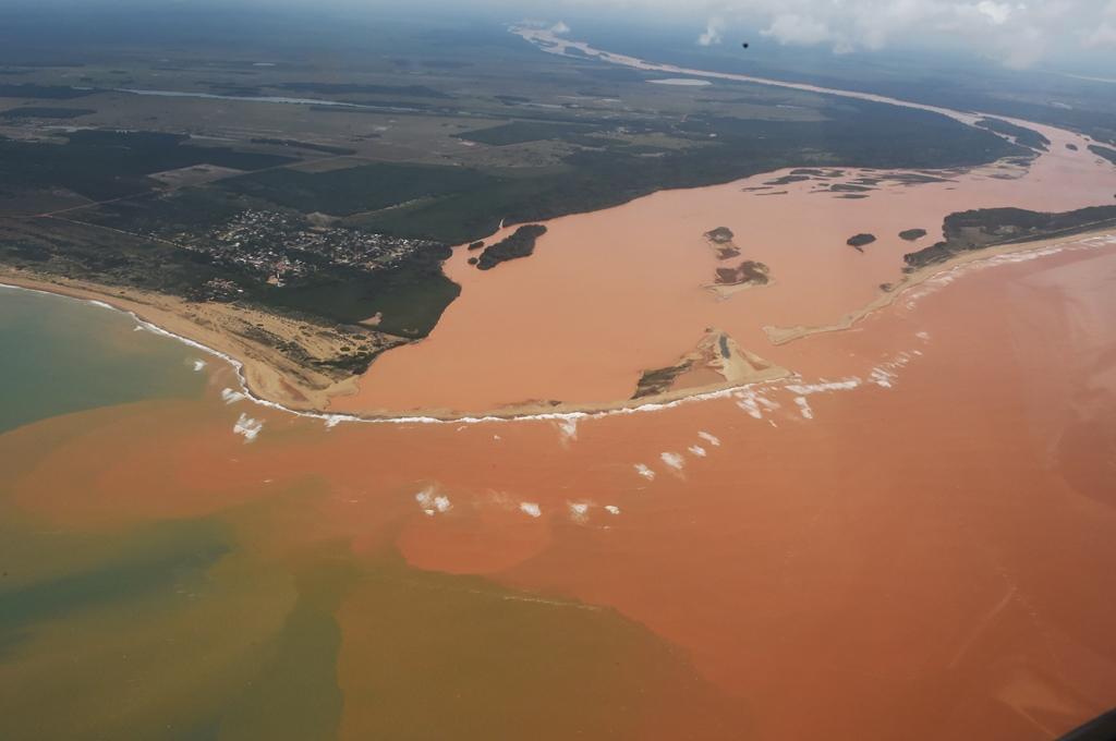 Lama tóxica da Samarco cobre mais de 27 km² do mar no Espírito Santo