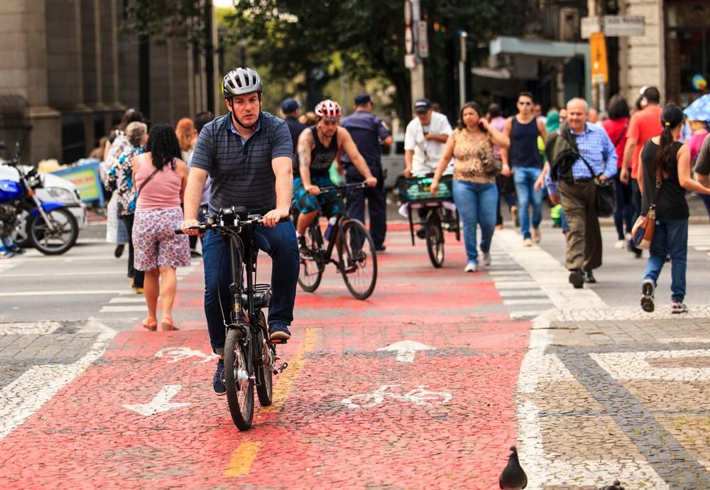 Passeio gratuito leva pessoas a conhecerem São Paulo de bike