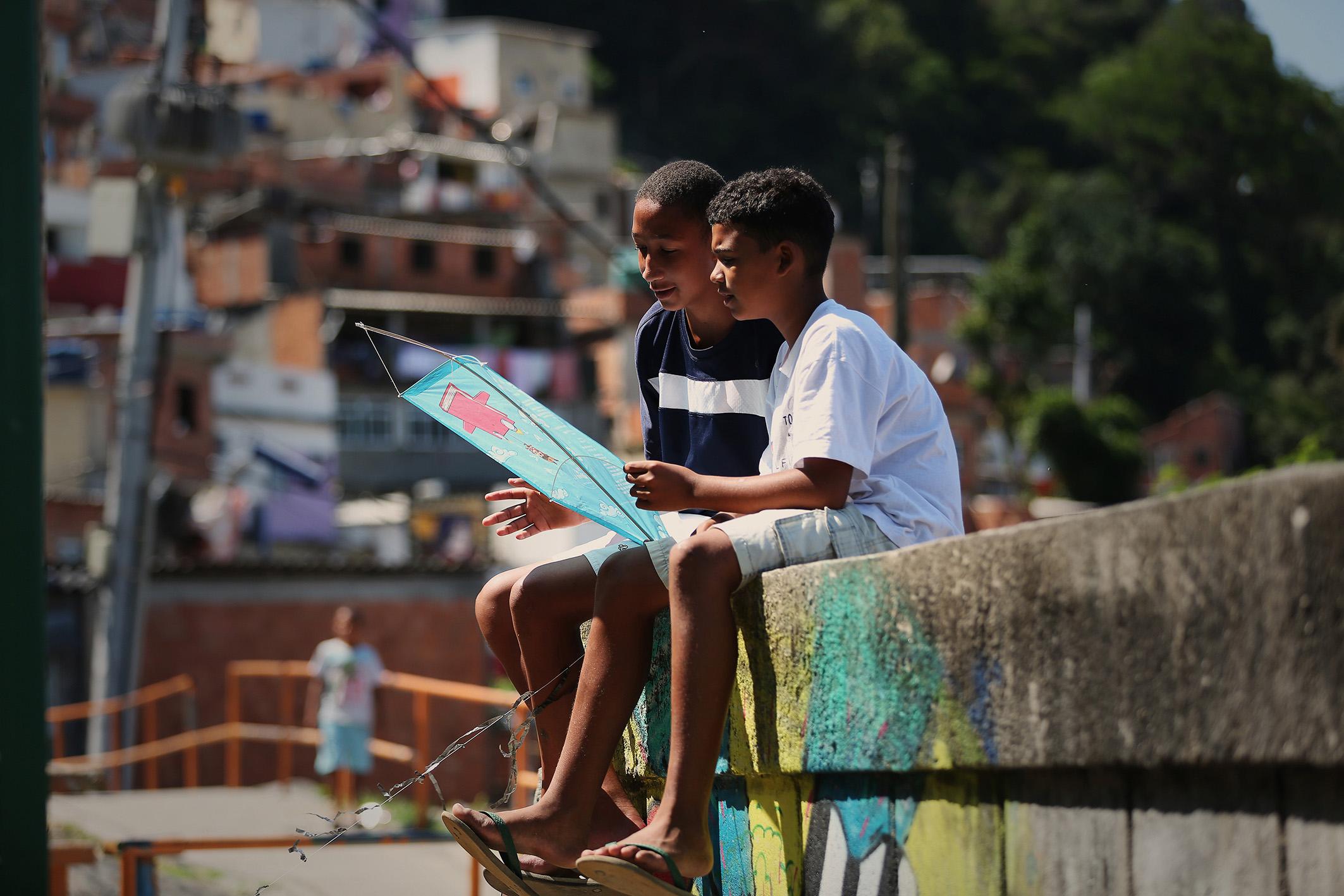 Crianças da Brasilândia recebem pipas com trechos de livros infantis