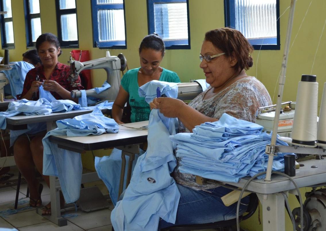 Projeto da Ford capacita mulheres e transforma uniformes velhos em novos itens