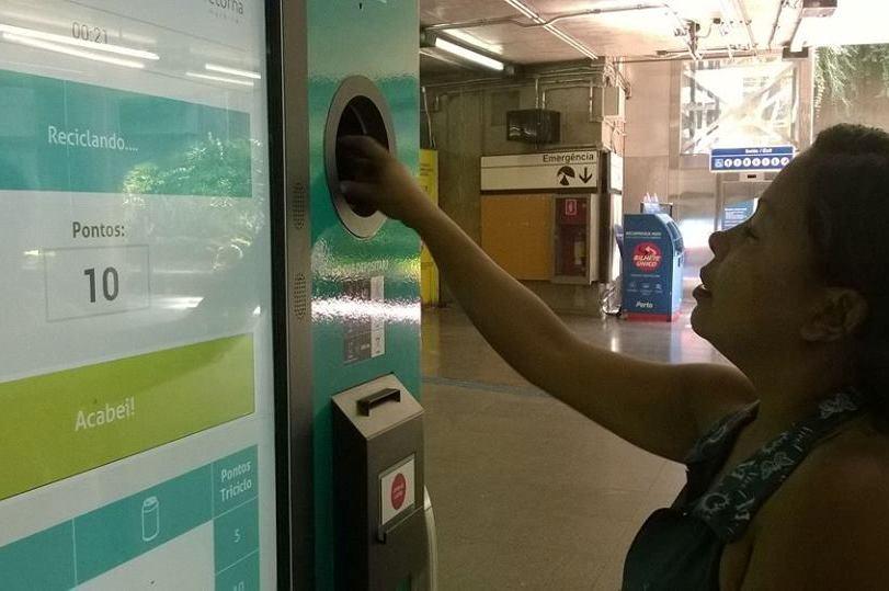 Máquina troca recicláveis por desconto no metrô ou na conta de luz em SP