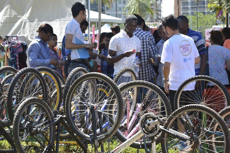Projeto doa bicicletas a refugiados que moram no DF