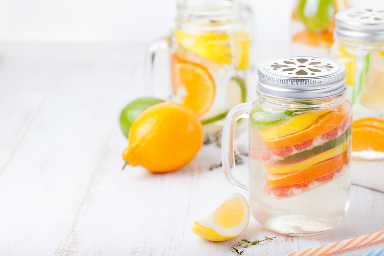 2 receitas de águas saborizadas e refrescantes