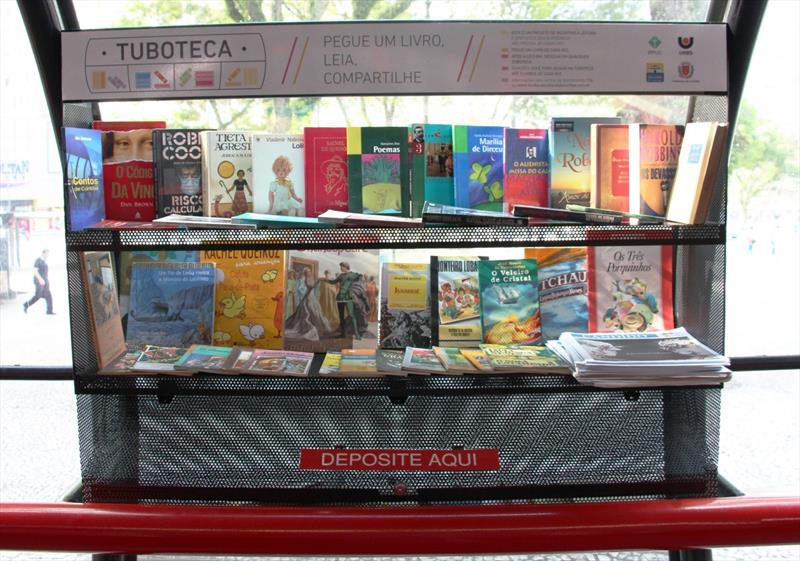 Projeto de biblioteca no transporte público realiza feira de troca em Curitiba