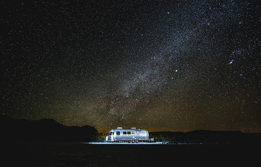 A bordo de um trailer, família larga tudo e viaja pela América