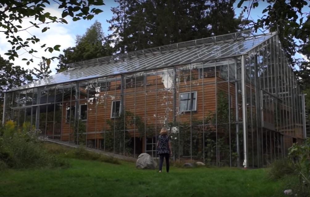 Família sueca constrói estufa gigante para aquecer a própria casa e produzir alimentos