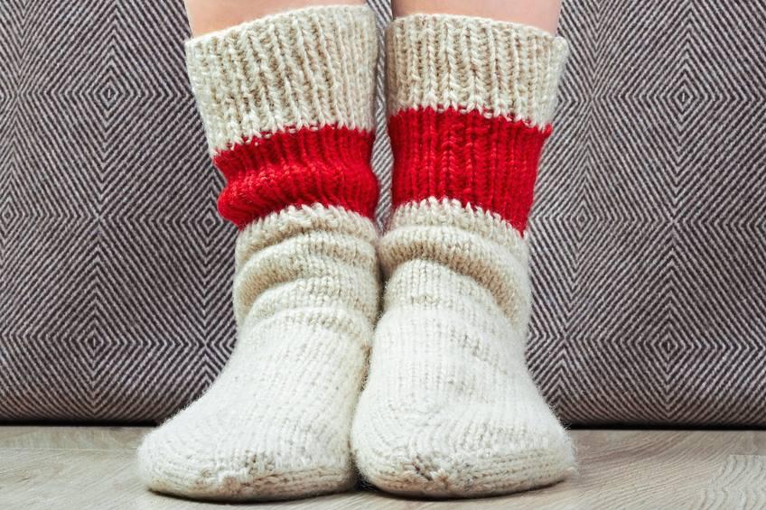 Projeto transforma meias velhas em cobertores para pessoas carentes