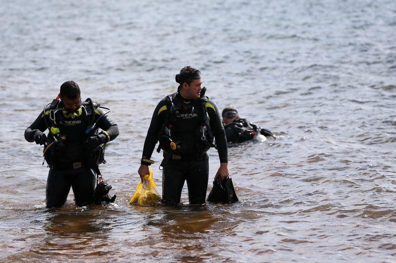 Mergulhadores fazem operação para retirar 1 ton de lixo do Lago Paranoá
