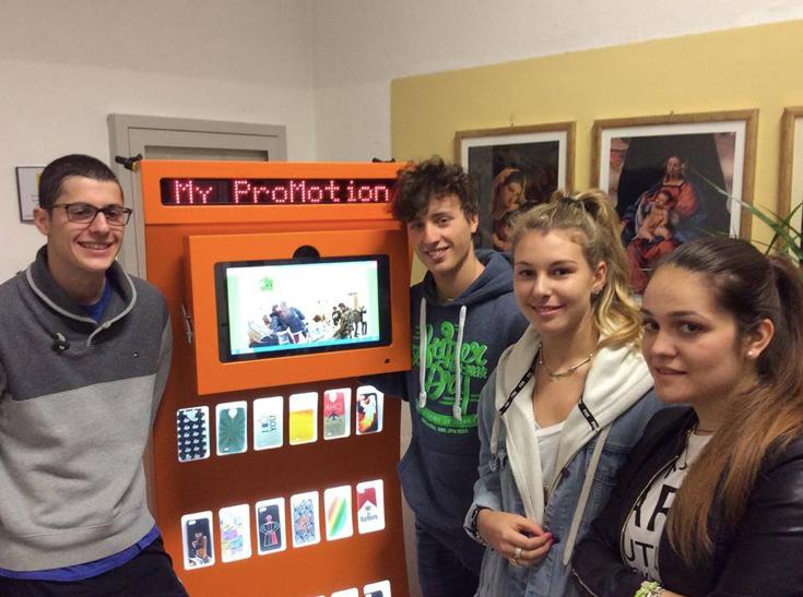 Adolescentes italianos criam máquina que transforma lixo plástico em cases para celular