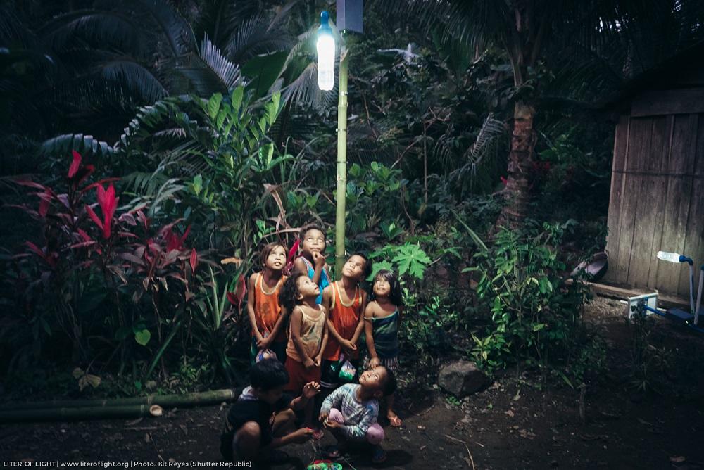 ONG usa garrafas PET para iluminar comunidades isoladas na Amazônia