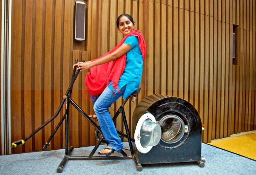 Indiana de 14 anos cria máquina de lavar que funciona sem eletricidade