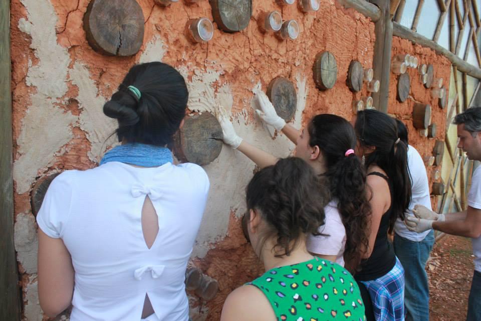 Minicurso gratuito ensina técnica de reboco ecológico para paredes