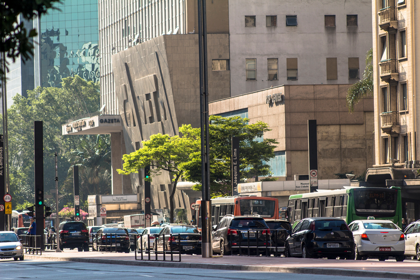 Sao Paulo, Brazil, August 26, 2015. Cars moving in Paulista Avenue located at the financial heart of the city in Sao Paulo, Brazil. - Foto:  alffoto/istock
