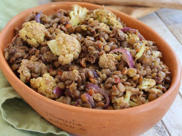 Aprenda a fazer couve-flor assada com lentilha e especiarias