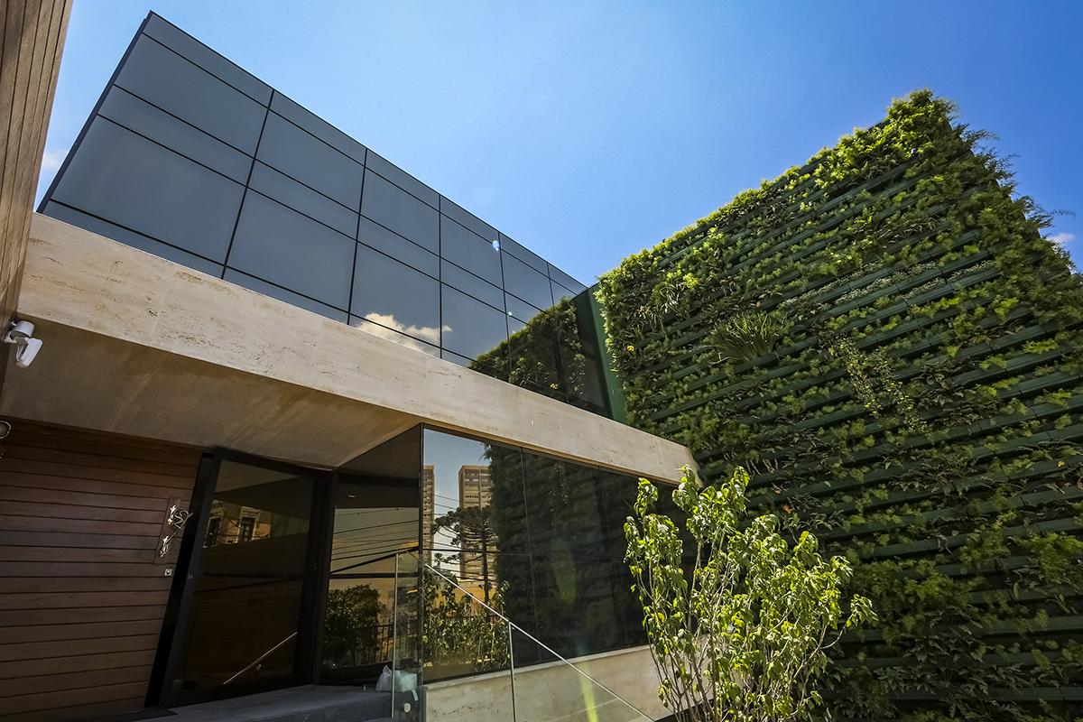 Curitiba ganha prédio com jardim vertical na fachada e mini-usina solar