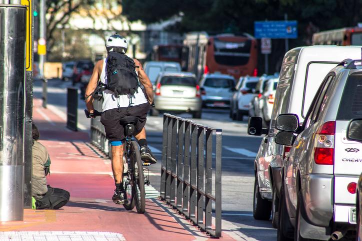 Benefícios de andar a pé ou de bike são superiores aos malefícios da poluição