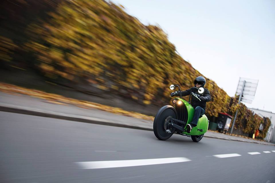 Moto elétrica tem design futurista e bateria que dura até 20 anos