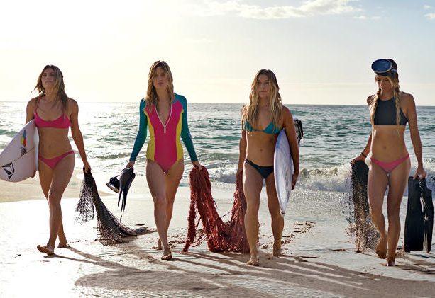 Marca de surf lança linha feminina feita com plástico dos oceanos