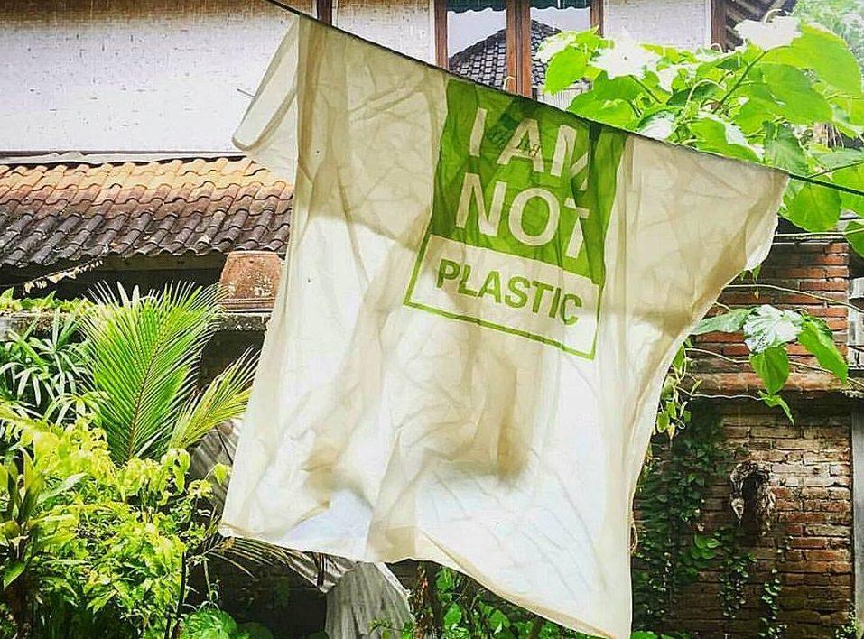 Empresa da Indonésia cria sacolas descartáveis comestíveis