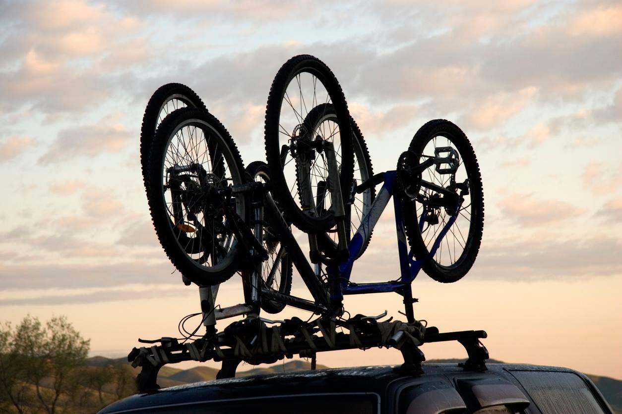 As bicicletas não podem ser transportadas no teto desta forma, sem estarem presas aos trilhos de segurança. | Foto: iStock by Getty Images