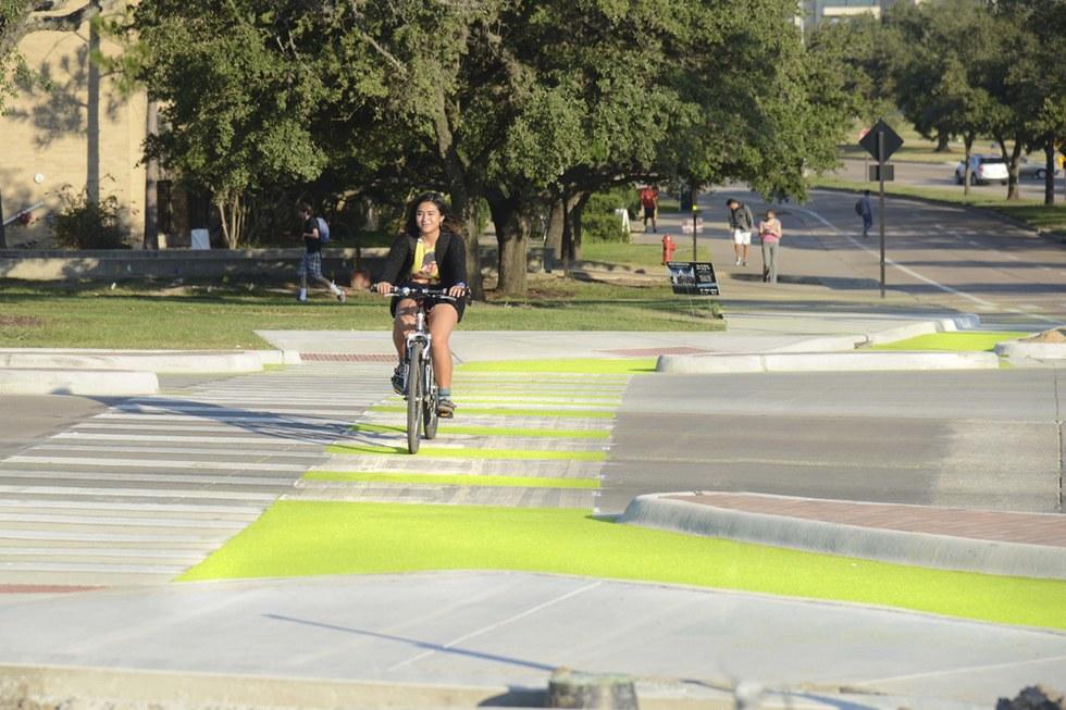Texas ganha ciclovia que brilha no escuro